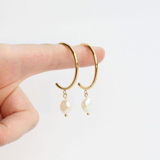 Aros modernos con perla irregular
