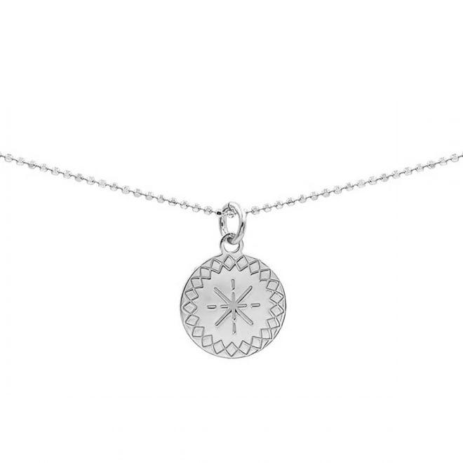collar con chapita decorada con diseños geométricos