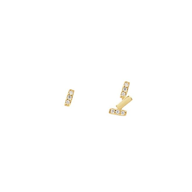 Pendientes distintos dorados con diseño de barritas