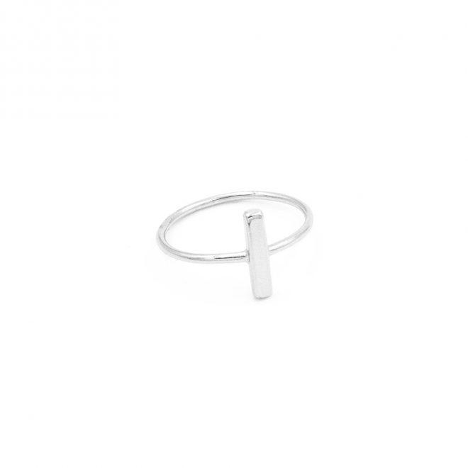 anillo barra en plata de ley con diseño de palo estilo minimalista