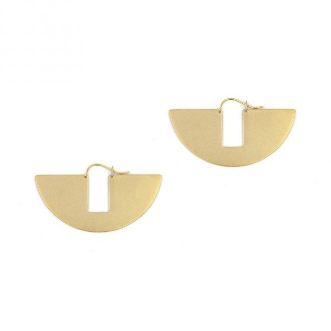 pendientes geométricos en dorado, joyas con formas arquitectónicas